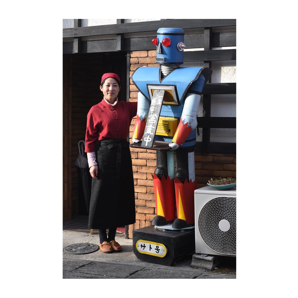 店頭のロボット人形と衣さん