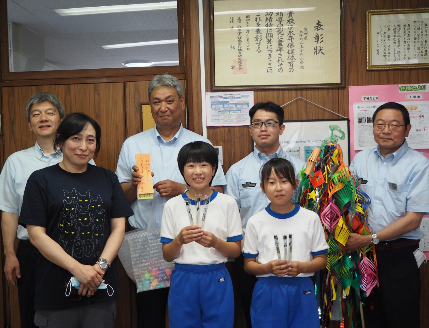 短冊と手作りの飾りを手渡した児童とJRの社員