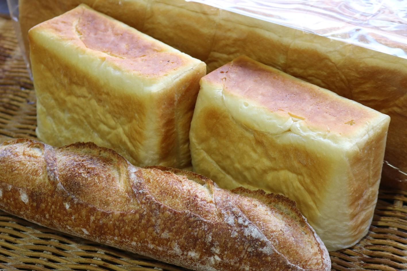 茨城生食パン(中央)とバゲット