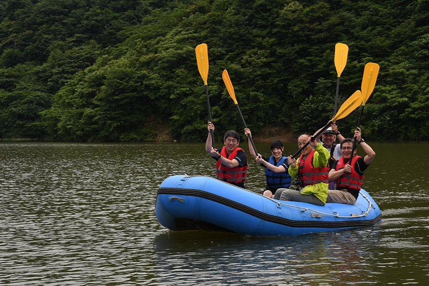 小山ダムでボートに乗る人たち