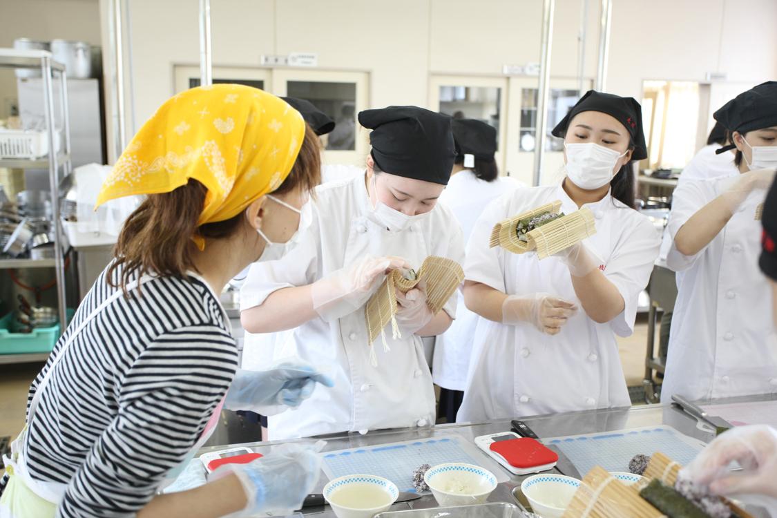 飾り巻き寿司(すし)を作る生徒