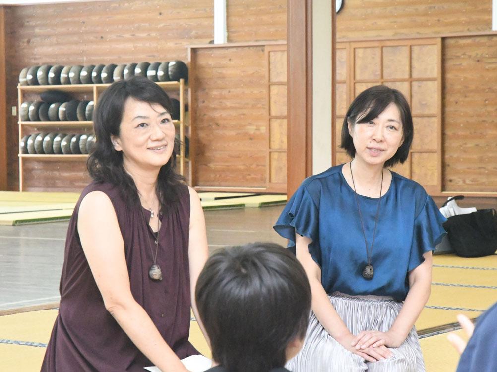 参加者の話を聞く浦川さんと倉河さん