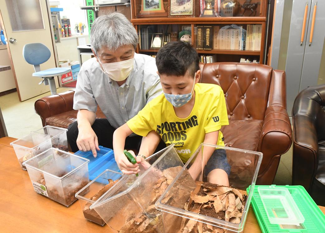 廣木校長と、6年生の小野瀬颯汰君