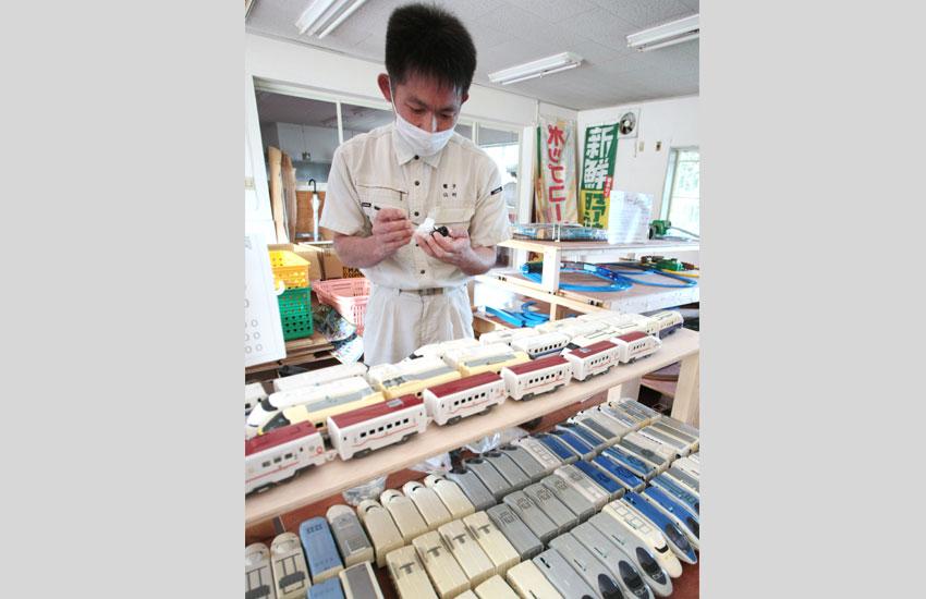 模型を修理する山村さん