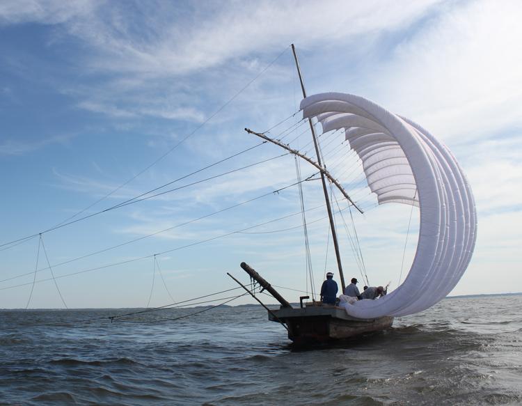 風を受けて進む帆引き船