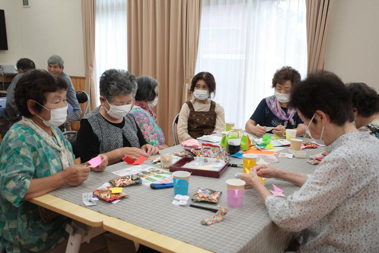折り紙をする参加者