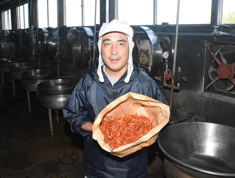 大えび赤煮を持つ大輪さん