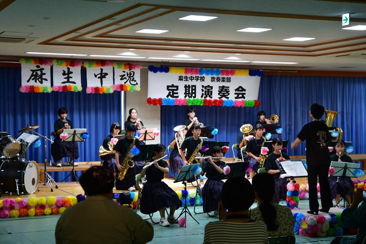 演奏する麻生中学校吹奏楽部