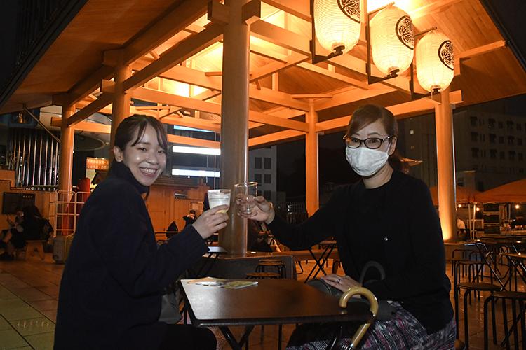 乾杯する女性客