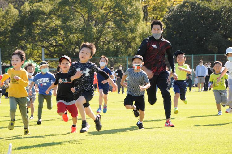 子どもたちを追いかけて走る飯塚選手