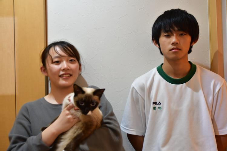 モモを抱く麻央さんと龍喜さん