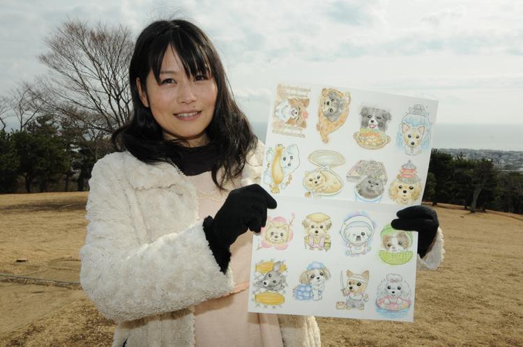 シールの原画を持つココユキさん