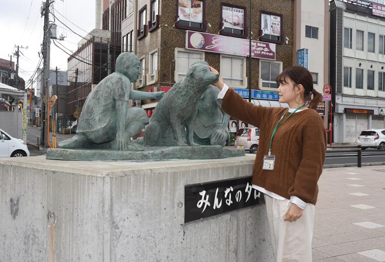 タローの像をなでる中村さん