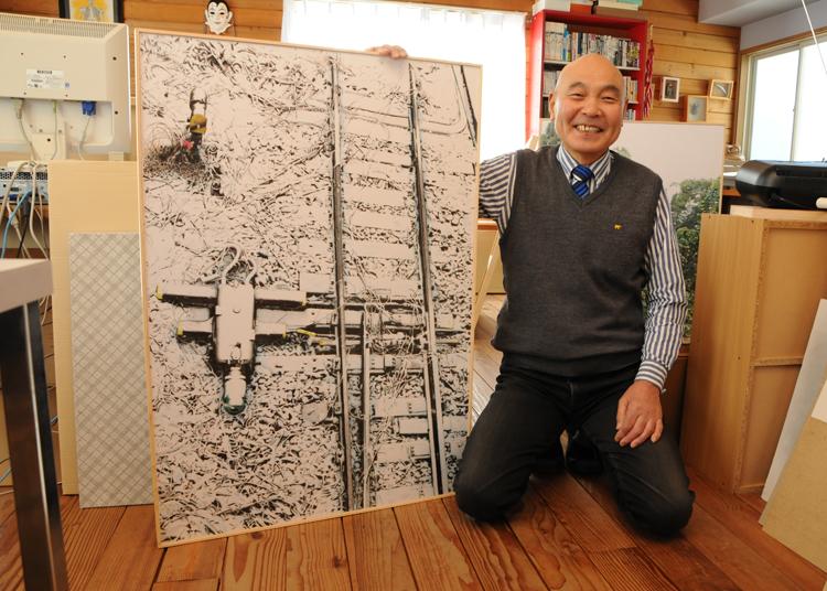 展示作品を持つ小川さん