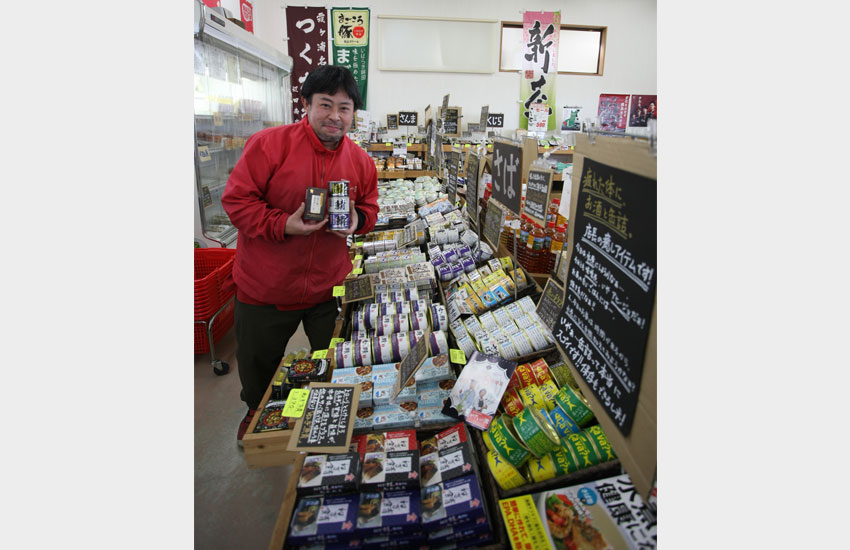 缶詰売り場に立つ原田さん