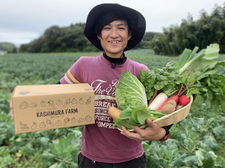 野菜を持つ樫村さん