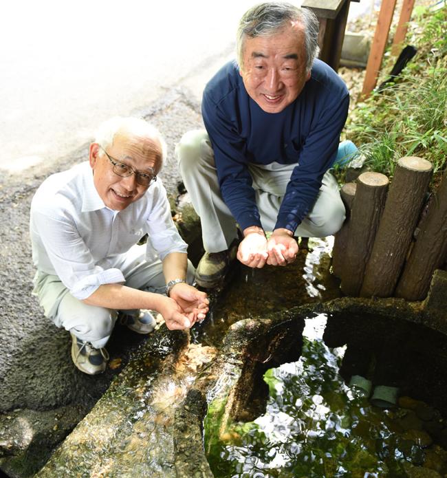 軍民坂湧水で、小田倉さんと薗部さん