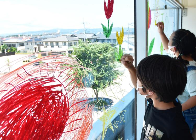 絵を描く児童