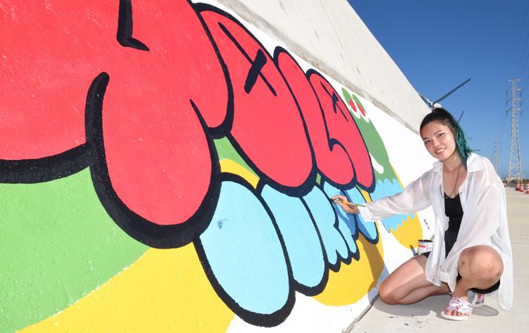 灼熱の海浜護岸でアート活動 1000人画廊