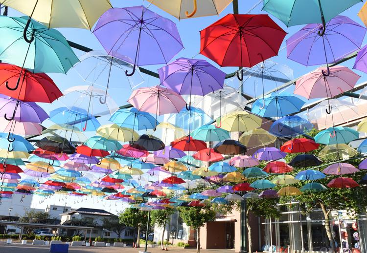 カラフルな傘を夏の風物詩に サン・スカイ・ヒタチタガ