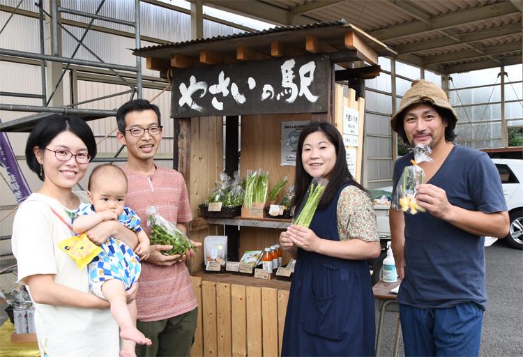 高萩さん家族と、平賀さん、根本さん