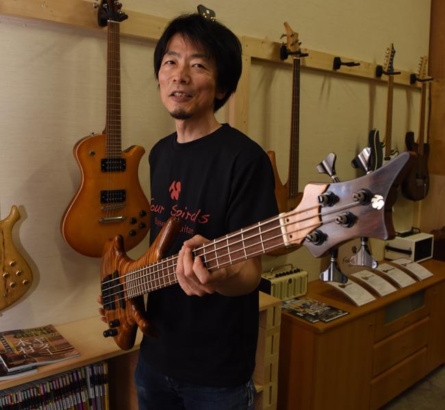 オリジナルベースを持つ吉田さん